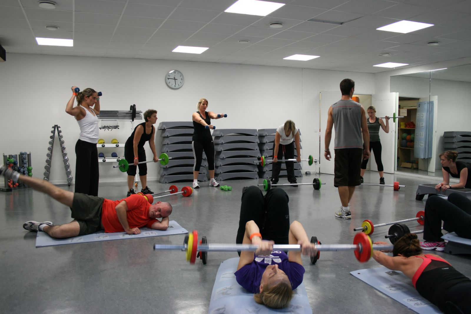 Circuito Gym : Grupo central de formação da placa abdominal no gym foto de stock
